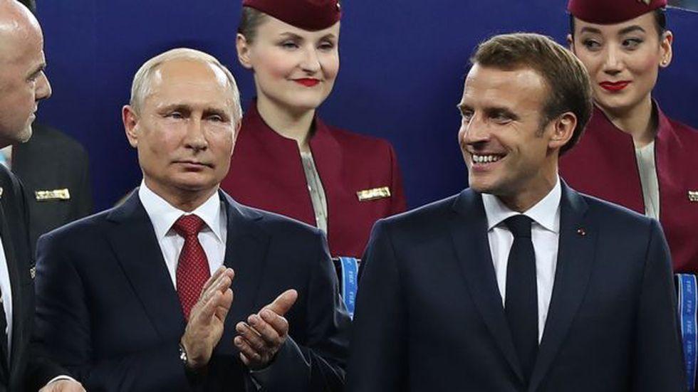 El presidente ruso Vladimir Putin y el presidente francés Emmanuel Macron, fotografiados durante la final de la Copa del Mundo 2018.