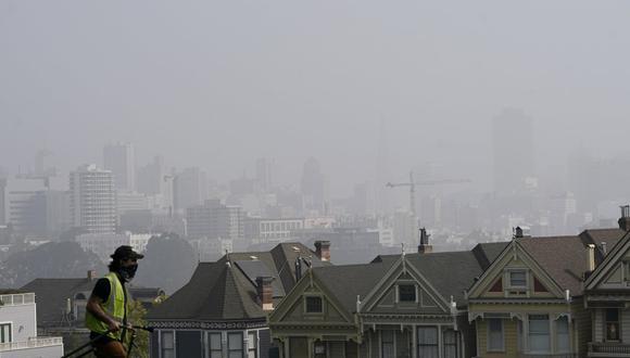 El humo de los incendios forestales cubre los rascacielos de San Francisco, California. (Foto AP / Noah Berger).