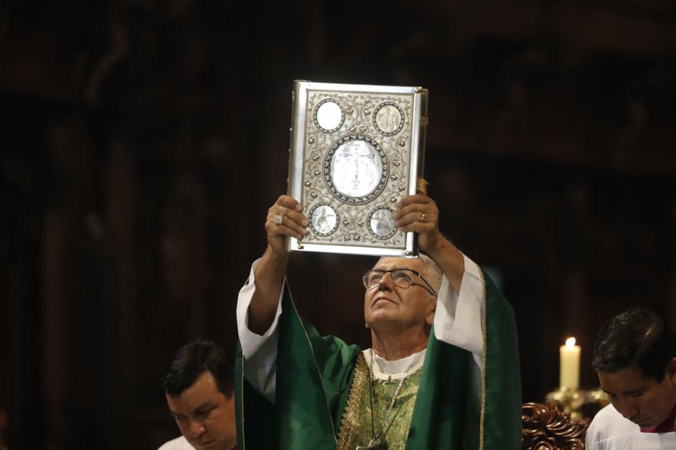 Esta mañana Moseñor Carlos Castillo Mattasoglio presidió su primera misa como Arzobispo de Lima en la Basílica Catedral de la Plaza Mayor. (Fotos: Renzo Salazar)