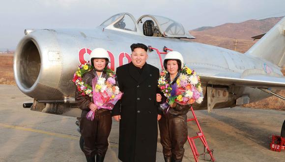 Esta fotografía sin fecha específica difundida por la agencia oficial norcoreana KCNA retrata a Kim Jong-un junto a dos pilotos de la Fuerza Aérea Norcoreana durante una inspección a una base militar. (AFP)