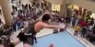 Viral: Luchador de Wrestling salta desde el segundo nivel de un centro comercial sobre sus rivales