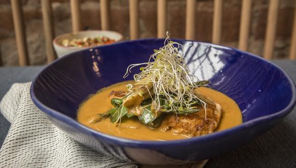 Trucha a la plancha acompañada de una salsa al curry sobre cama de vegetales saltados. (Fotos: Maricé Castañeda)
