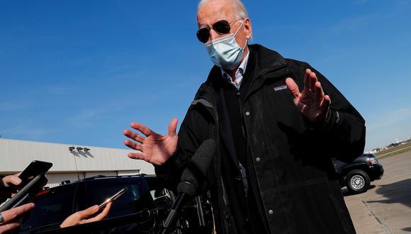 El presidente electo Joe Biden le habla a los reporteros en Wilmington. REUTERS/Mike Segar