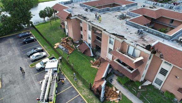 Imágenes divulgadas por el departamento de bomberos muestran un camión del cuerpo en el lugar del siniestro y una amplia sección del tejado partida y en el suelo en el exterior del edificio. (Foto: Twitter @SunSentinel)
