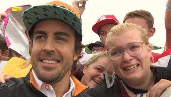 Visiblemente emocionada y entre lágrimas, una fanática consigue que el piloto de McLaren se tome un 'selfie' con ella. (Twitter)
