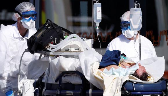 Enfermeros franceses con trajes protectores contra el coronavirus llevan a un paciente al hospital de la Universidad de Estrasburgo. (REUTERS / Christian Hartmann).
