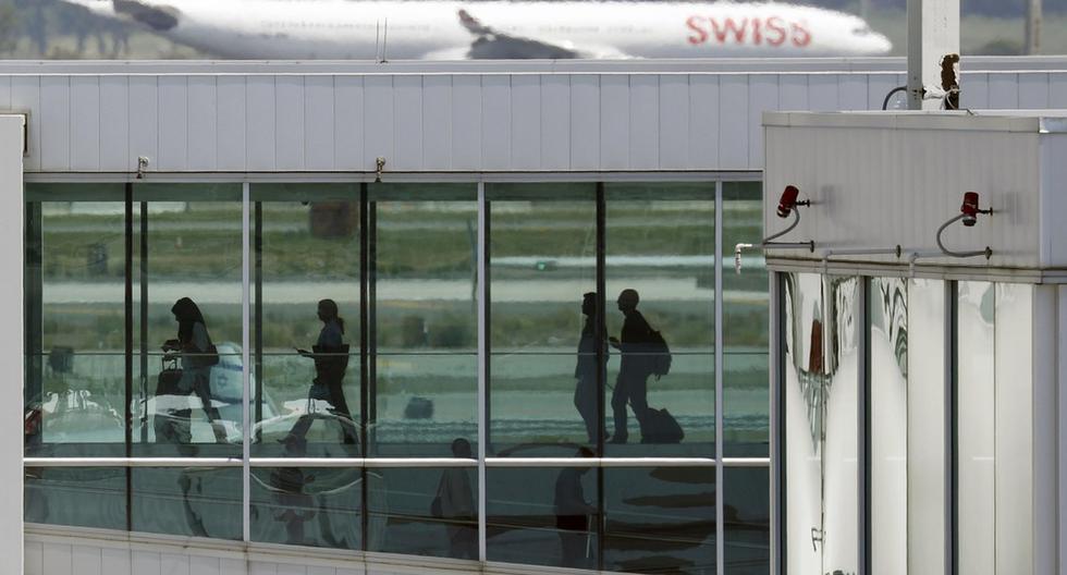 Pasajeros caminan por la pasarela para abordar un vuelo en la Terminal Cuatro Internacional del Aeropuerto Internacional John F. Kennedy en Queens, Nueva York, zona golpeada por el coronavirus en Estados Unidos. (EFE/EPA/PETER FOLEY).