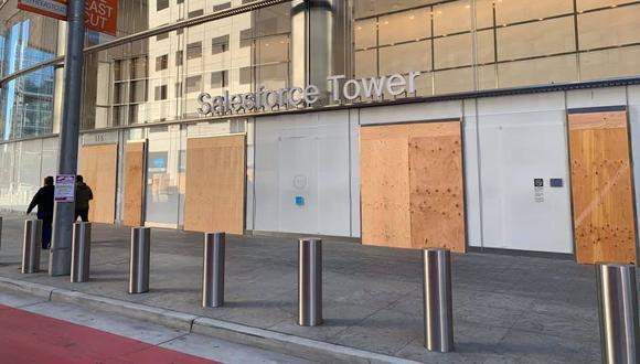 Uno de los negocios cerrados y bien protegidos. (Foto del muro de www.facebook.com/joseragas)