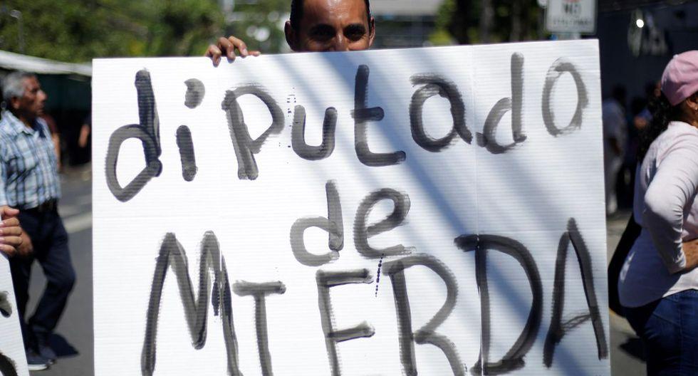 Simpatizantes del presidente salvadoreño Nayib Bukele protestan en las afueras del Congreso para exigir a los diputados que aprueben un préstamo para seguridad pública, en San Salvador. (EFE).