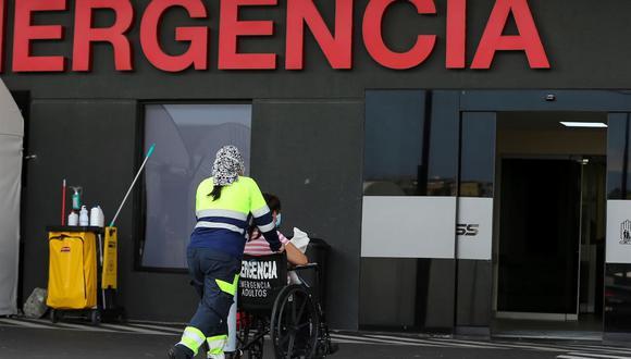 Una persona es ingresada al hospital Less del Sur  en Quito, Ecuador. Hospitales saturados, médicos agotados y un lento proceso de vacunación marcan la lucha contra el coronavirus en este país. (Foto: EFE/José Jácome).