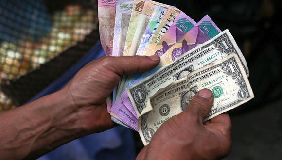 El precio del dólar se cotizaba por encima de 2,7 millones de bolívares soberanos en Venezuela este lunes. (Foto: AFP)