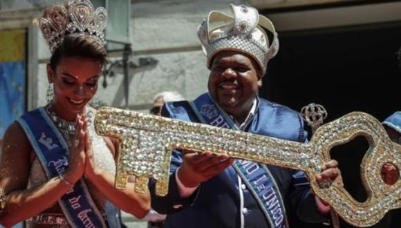 """El Rey del Carnaval de Río, conocido como """"Rey Momo"""", recibió las llaves de la ciudad. (Foto: EFE)"""