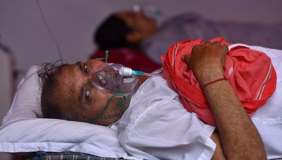 Un paciente de coronavirus COVID-19 recibe suministro de oxígeno en un santuario sij en las afueras de Nueva Delhi, India. (EFE / EPA / IDREES MOHAMMED).