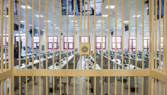 Una vista desde una de las celdas de la sala búnker construida para el mega juicio a 'Ndrangheta. (Foto: AFP)