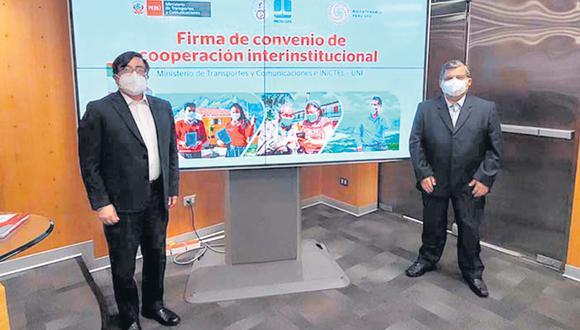 El viceministro Carlos Sotelo (izquierda) y el director ejecutivo de Inictel-UNI, Daniel Díaz, suscribieron el acuerdo el viernes 17 último. Díaz es jefe de la cónyuge de Sotelo. (Foto: Inictel-UNI)