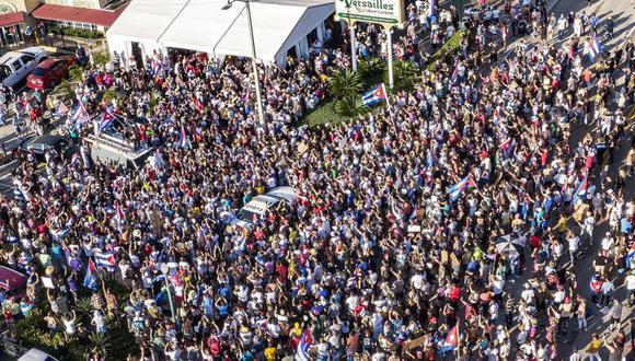 Exiliados cubanos se congregan junto al restaurante Versailles en Miami en respaldo a los manifestantes en Cuba, donde miles de personas salieron a las calles en raras protestas el domingo, 11 de julio del 2021, contra la falta de libertad y el empeoramiento de la situación económica. (Pedro Portal/Miami Herald vía AP)