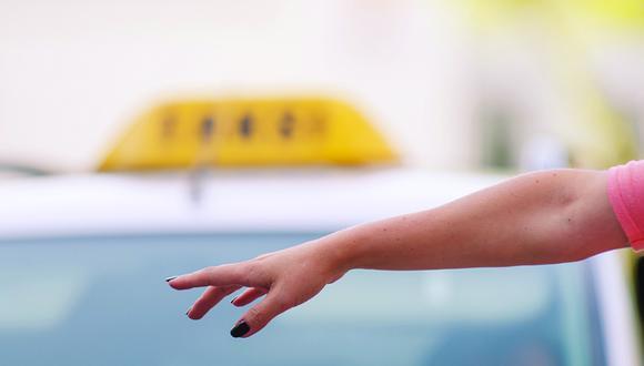 Nueve consejos para viajar segura si vas a tomar un taxi