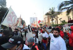Hinchas de Universitario no respetaron distanciamiento social en frontis del Estado Nacional | FOTOS