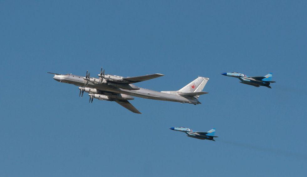Un Tupolev-95 de Rusia escoltado por dos cazas. (AFP).