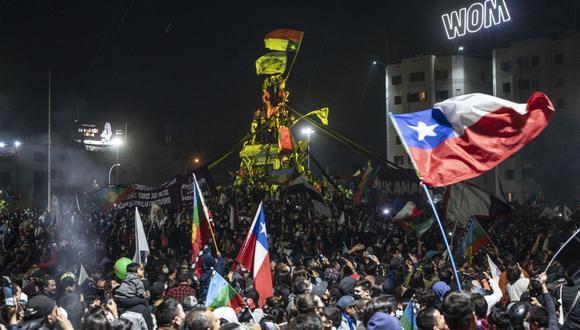 Los manifestantes que apoyan la reforma de la constitución chilena celebran los resultados oficiales del referéndum en la Plaza Italia en Santiago, el 25 de octubre de 2020. (Pedro Ugarte / AFP).