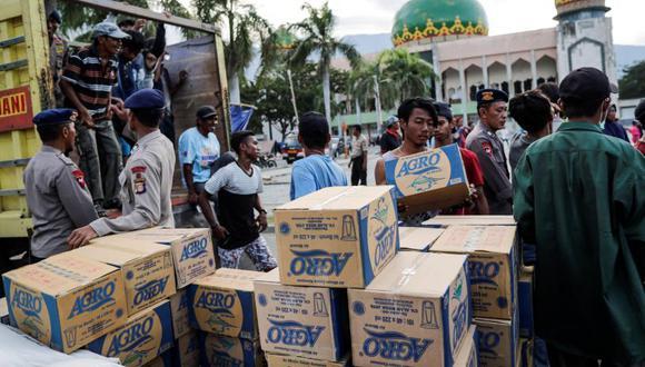 Ayuda es distribuida en zonas afectadas por terremoto y tsunami en Indonesia.   Foto: EFE