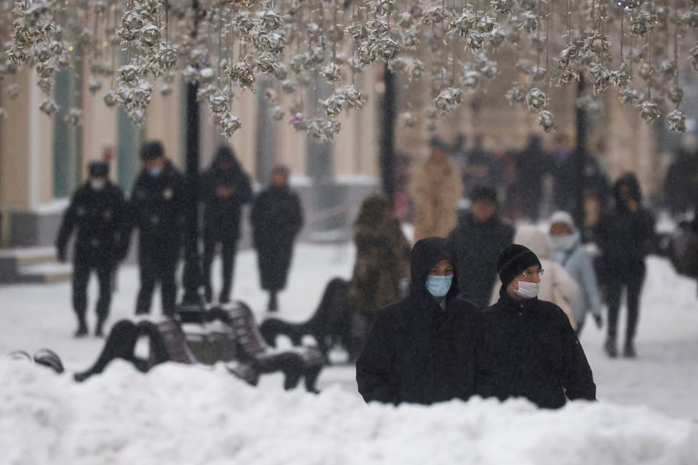 <b>Moscú</b> (<b>Rusia</b>)  vive este viernes la mayor nevada del año, que ha pintado de blanco todos los rincones de la capital y promete dejar hasta 12 centímetros de nieve a lo largo de la jornada de hoy, según los servicios meteorológicos locales. (Texto: EFE / Foto:  Reuters).