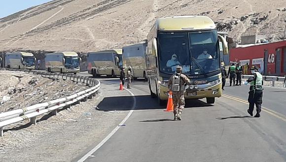 El traslado se realizó en seis buses cuyo costo fue financiado con recursos asignados al Gobierno Regional de Tacna. (Foto: Ernesto Suárez)