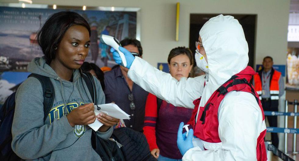 Los funcionarios de salud en el Aeropuerto Internacional de Quito prueban a los visitantes como parte de las medidas de seguridad de coronavirus. (Foto: Reuters).
