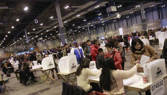 Un total de 974 mil 230 peruanos en el extranjero están habilitados para emitir su voto este domingo 26 de enero. (Foto: EFE)