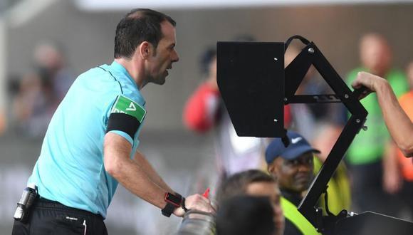 La Federación de Fútbol Italiano propuso esta medida a la FIFA debido a que algunos árbitros optan por no revisar jugadas que se convierten en polémica. (Foto: Getty)
