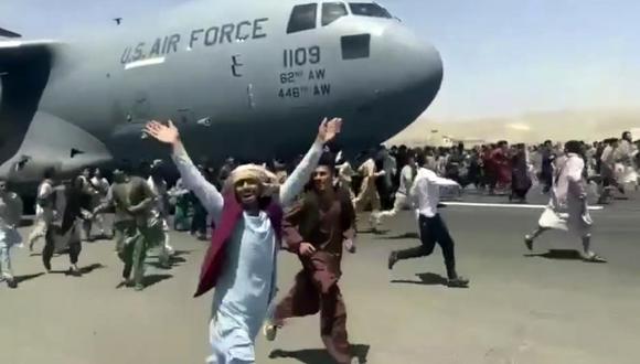 Afganistán: afganos desesperados abordan avión militar de Estados Unidos en la pista del aeropuerto de Kabul y caen desde el aire | talibanes | VIDEO | MUNDO | EL COMERCIO PERÚ