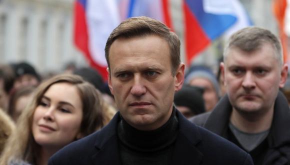 El líder de la oposición rusa y activista anticorrupción Alexei Navalny (centro) participa en una marcha en Moscú. (EFE/EPA/YURI KOCHETKOV).