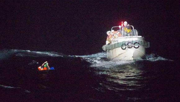 Esta fotografía tomada el 2 de septiembre de 2020 y proporcionada por la 10a sede regional de la Guardia Costera muestra a los guardacostas rescatando a un hombre filipino en la isla de Amami Oshima, a unos 120 km al noroeste del mar. (10th Regional Coast Guard Headquarters / AFP)