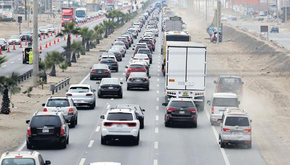 Para un vehículo particular el límite máximo de velocidad en carreteras es de 100 Km/h; para buses de transporte público es 90 Km/h. (Foto: Archivo El Comercio)
