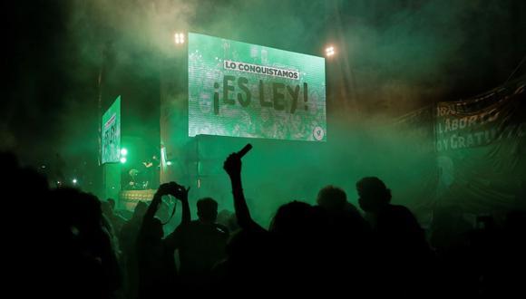 Imagen referencial. La movilización de miles de jóvenes y colectivos de mujeres de la llamada 'marea verde' fue crucial para que la ley fuera aprobada en el Senado que había rechazado un proyecto similar en 2018.  (EFE/ Juan Ignacio Roncoroni).