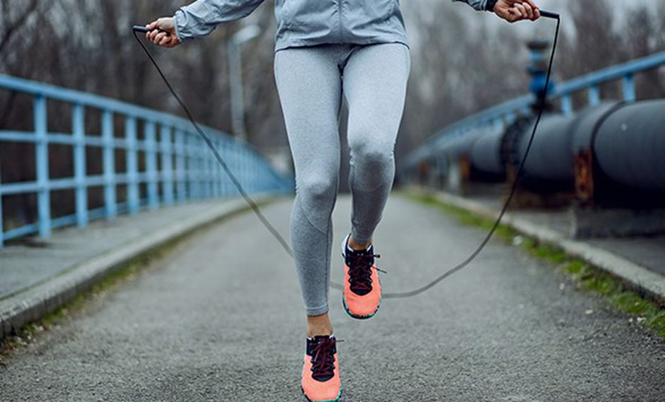 Existen muchas maneras de seguir quemando calorías sin salir de casa con simples rutinas.