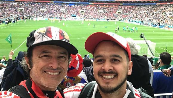 Carlos Alcántara y su hijo Gianfranco durante el partido Perú vs. Dinamarca. (Foto: Facebook)