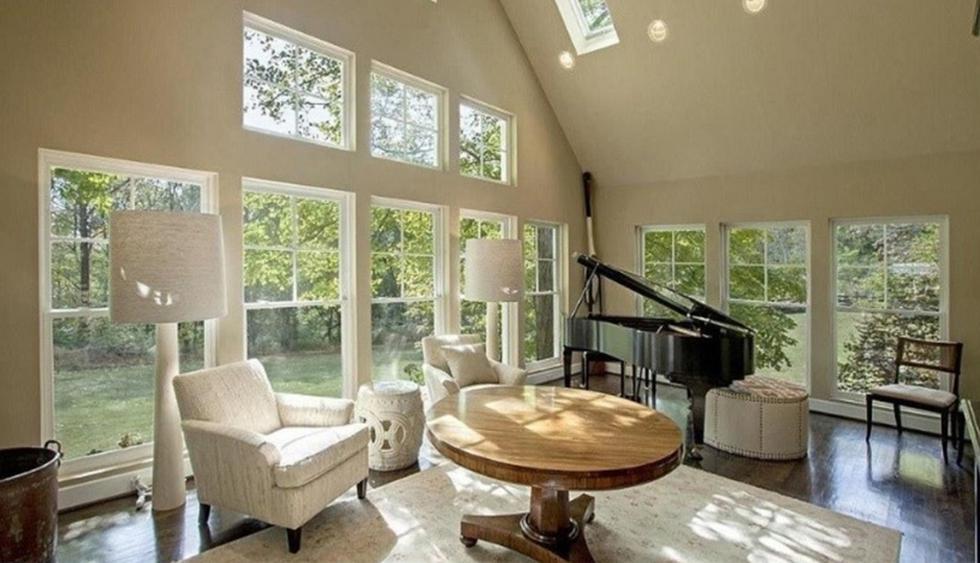 Los espacios interiores de esta casa lucen frescos, cálidos y luminosos, gracias a los amplios ventanales que rodean su estructura. Posee un estilo rústico y los muebles de color blanco se apropian de los ambientes. (Foto: realtor.com)