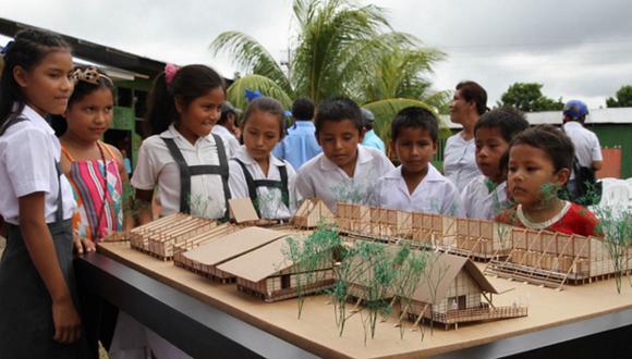 Escolares de zonas rurales miran las maquetas del Plan Selva, proyecto que inspira la apuesta peruana para la Bienal de Arquitectura de Venecia 2016. (Foto: Andina)