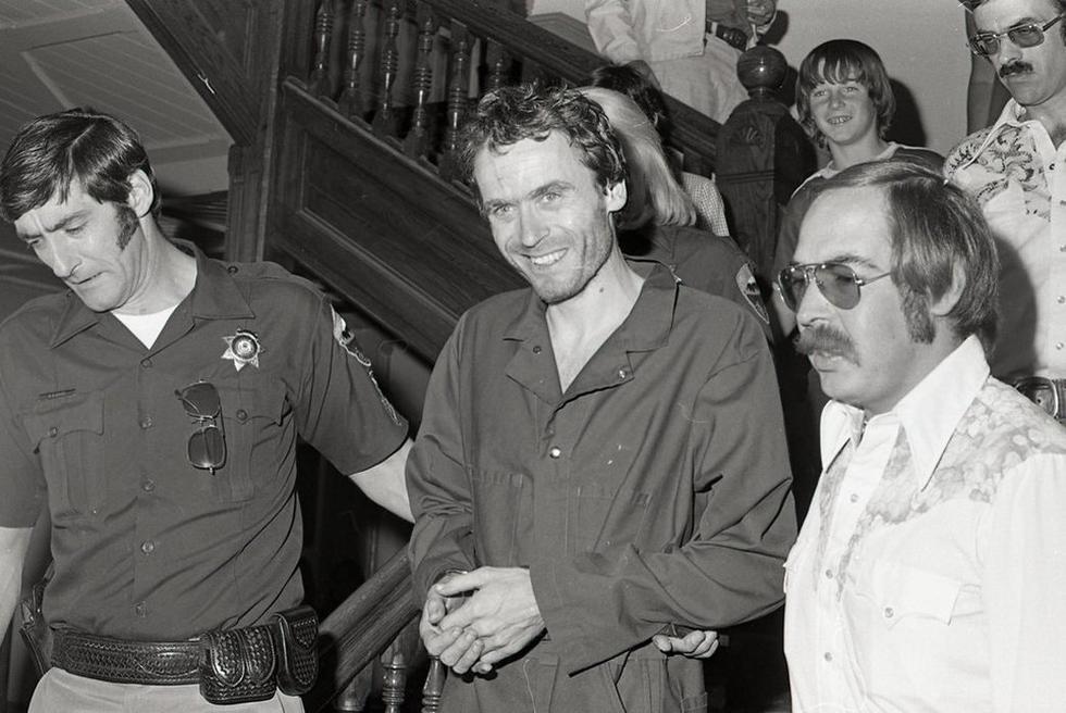 En esta foto de archivo de 1977, el asesino en serie Ted Bundy, en el centro, es escoltado fuera de la corte en el juzgado del condado de Pitkin, Aspen, Colorado. (Foto: Ross Dolan / Glenwood Springs Post Independiente vía AP)