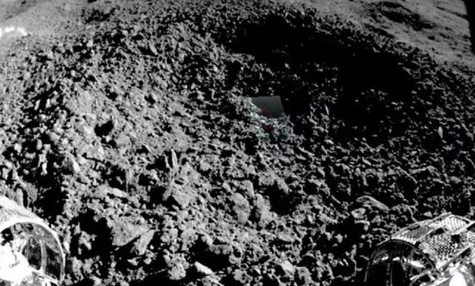 Yutu-2 capturó esta imagen desde el borde del pequeño cráter donde encontró un misterioso material similar al gel. (CNSA / CLEP)