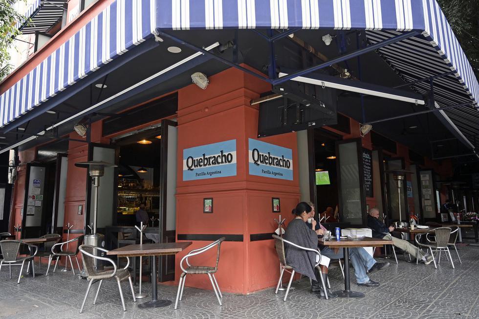 Un grupo de dueños de restaurantes decidió abrir sus negocios a pesar de estar prohibido por el gobierno de la ciudad en un esfuerzo por reducir las infecciones por COVID-19. (Foto de ALFREDO ESTRELLA / AFP)
