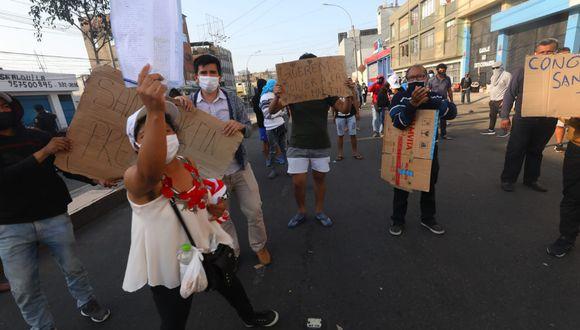 Ciudadanos de San Martín invaden la avenida Iquitos. Piden que los ayuden a regresar a sus lugares de origen. (Foto: Gonzalo Córdova)