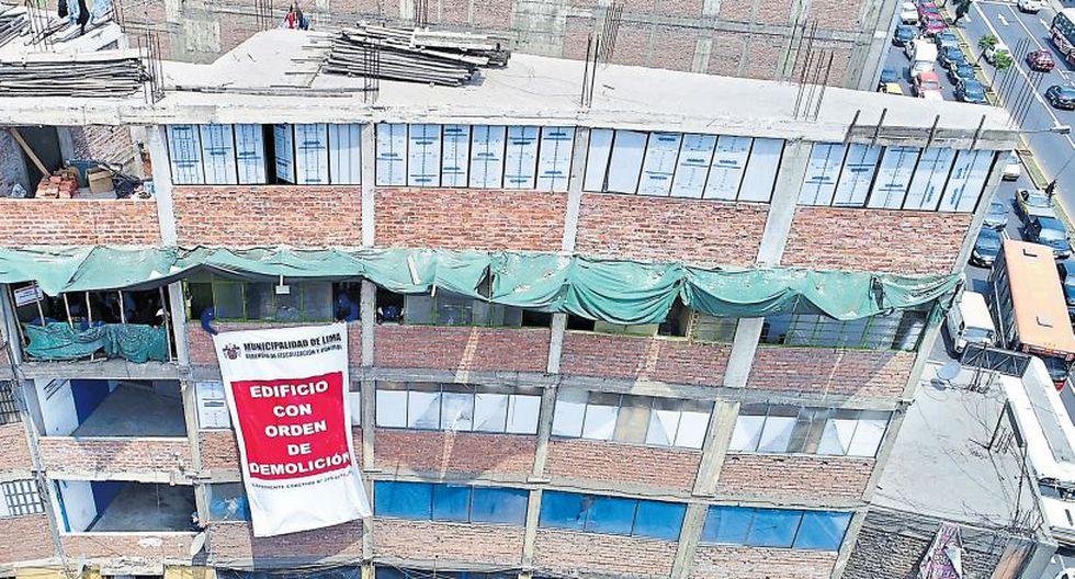 La comuna metropolitana colocó ayer un cartel para advertir que este edificio tiene orden de demolición. El futuro del predio, que funciona como depósito de juguetes, está en manos del Poder Judicial. (Municipalidad de Lima)