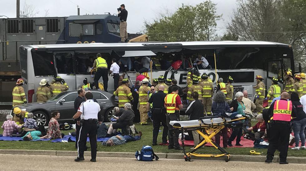 Tren choca a bus que se quedó atascado en la vía férrea - 1