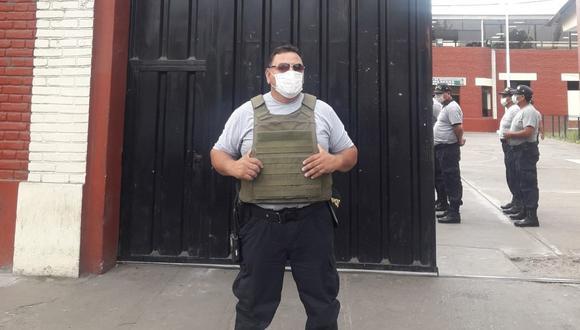 En los años 90, cuando empezó su carrera, el brigadier Rodríguez fue profesor de karate en la Policía. Entre los lugares donde prestó servicios, fue en Chiclayo, Breña, el Rímac y ahora último, en la comisaría de La Victoria, en cuya fachada aparece en la imagen (La foto se publica con la autorización de su hija Krystell Rodríguez)