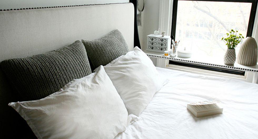 La cama es la pieza principal y ocupa casi todo el lugar. Además de servir como lugar para descansar, también es un asiento para trabajar, maquillarse o cambiarse. Debajo de ella hay cajones para aumentar el espacio de almacenamiento. (Foto: jenchudesign.com)