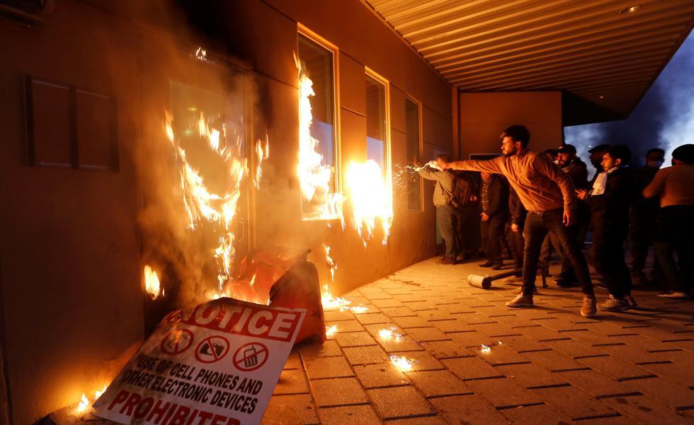 Manifestantes incendian la entrada de la Embajada de Estados Unidos en Bagdad, Irak. (REUTERS/Wissm al-Okili).