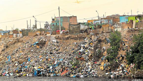 Recicladores y vecinos del asentamiento humano Nueva Esperanza, en Carmen de la Legua (Callao), arrojan indiscriminadamente basura y desmonte en el cauce del Rímac. (Foto: Rolly Reyna / El Comercio)