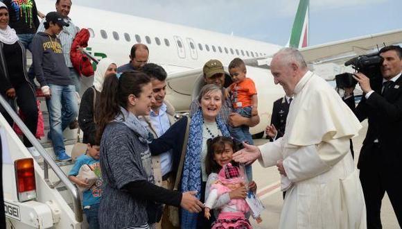 En abril de 2016, el papa Francisco viajó a Roma con doce refugiados sirios. (Foto: AP)